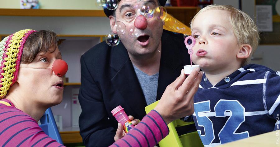Auf Spaßvisite: Annika Corleis (Nika) und Erich Hauptmann (Erico) heitern den vierjährigen Magnus auf