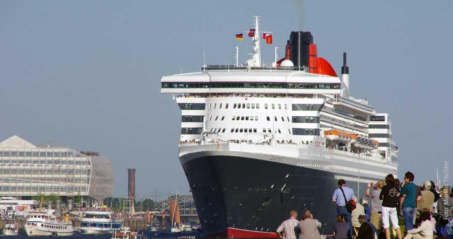 Kreuzfahrtsschiff Queen Mary 2 in Hamburg