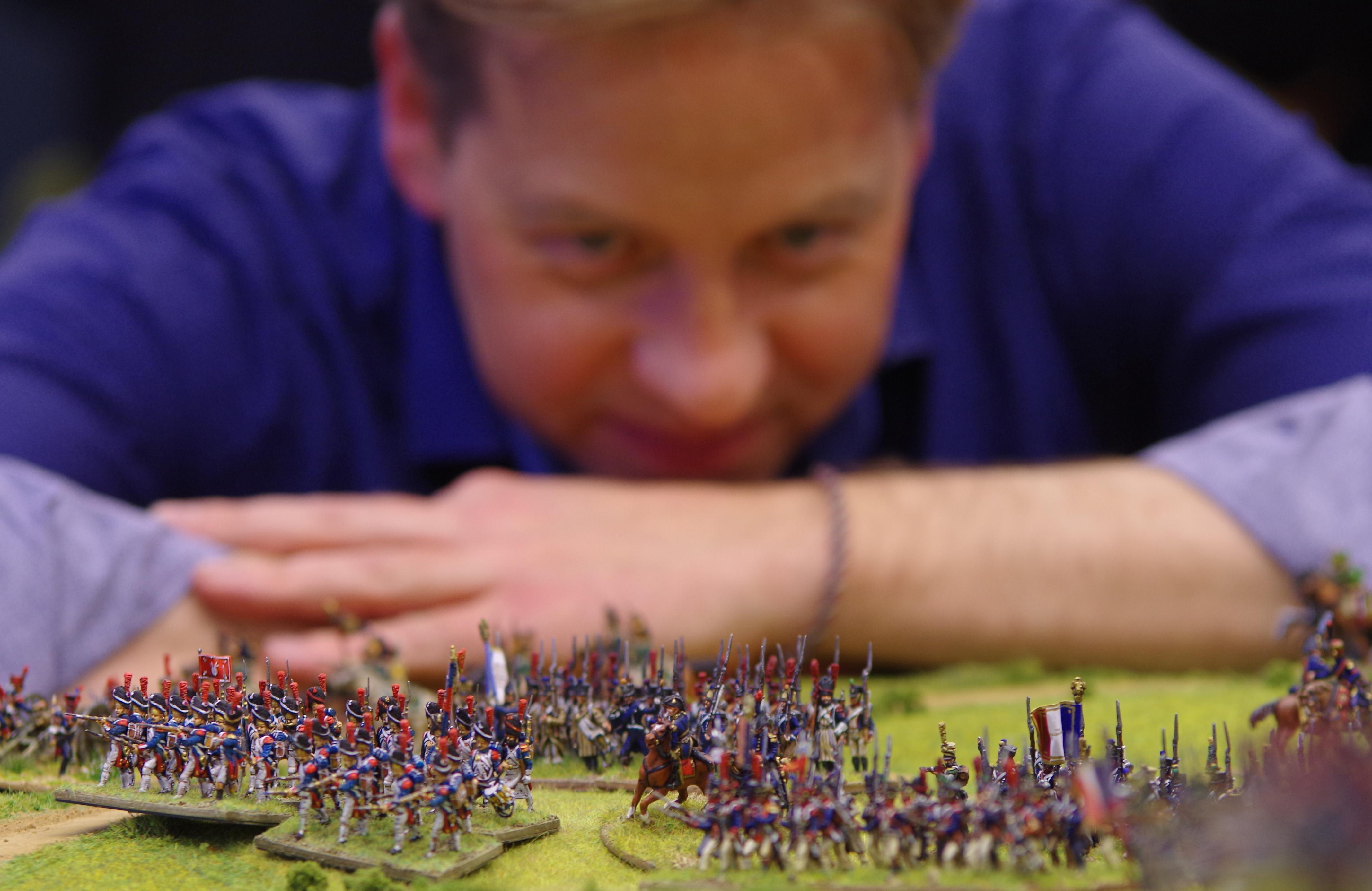 Frank Becker blickt auf seine bemalten Miniatursoldaten.