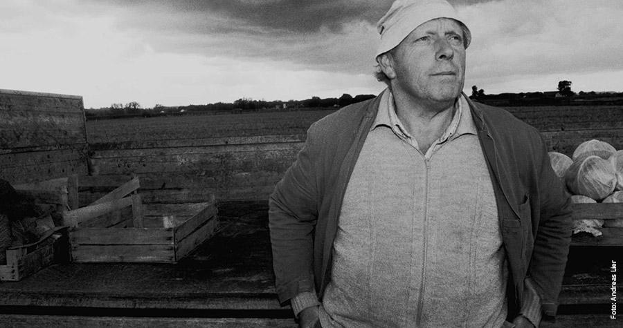 Ein Bauer auf einem Feld, Gewitterwolken ziehen auf: Das Bild hat Andreas Lier am 11. September 2001 aufgenommen.