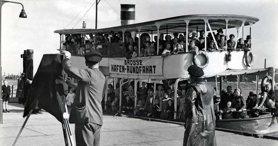 Historisches Foto im Hamburger Hafen: Barkasse bricht auf zur Hafenrundfahrt