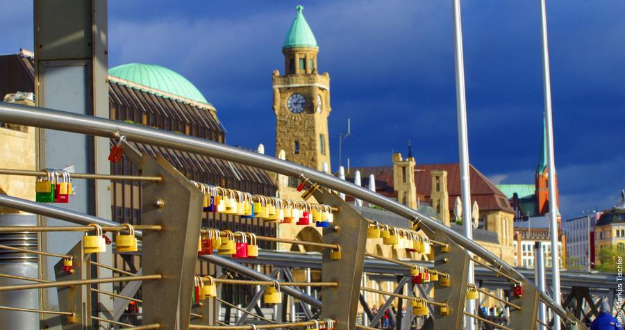 Liebesschlösser an einem Geländer an den Landungsbrücken im Hamburger Hafen