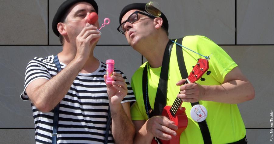 Auf Visite im Kinderkrankenhaus: Erico Lampenschirm und Artur Apfelmus haben alles dabei, was Clowns brauchen.