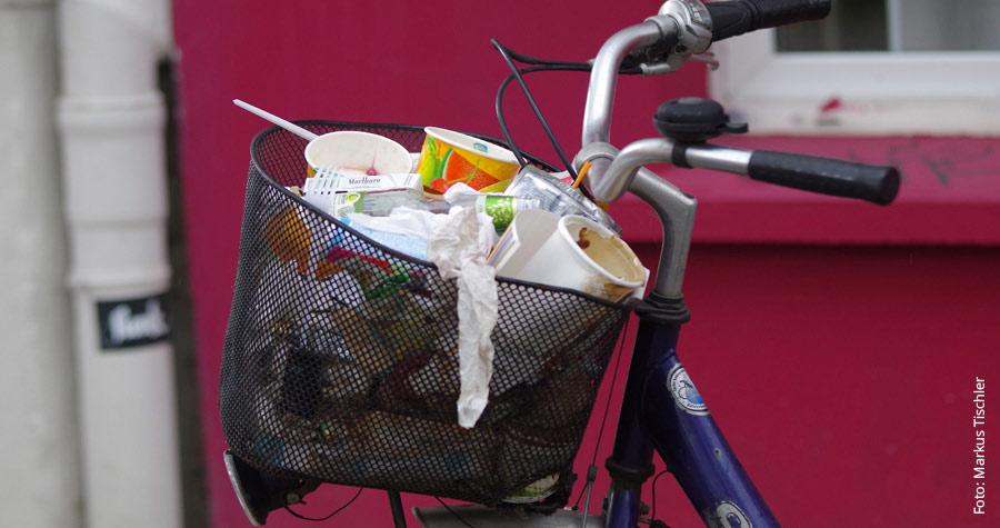 Fahrradkorb - Voll abgefüllt mit Müll
