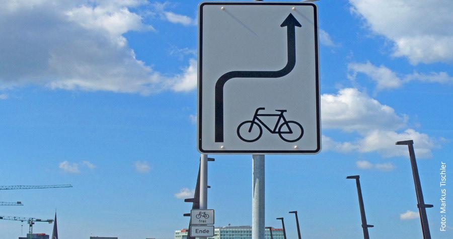 Die Radwegweiser an der Baakenhafenbrücke wirken irritierend