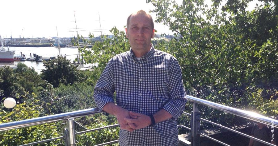 """Arbeitsplatz mit Hafenblick: Sven Seidler leitet die Jugendherberge """"Auf dem Stintfang"""""""