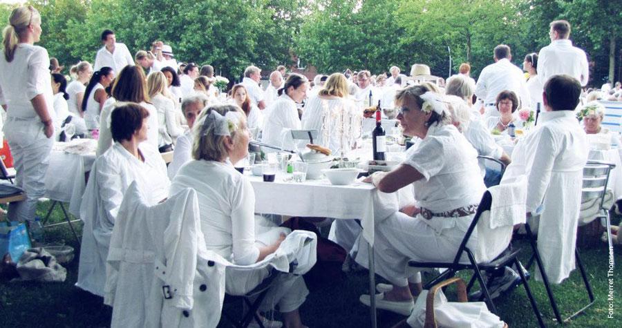 Kollektiver Genuss: Leckeres Essen und interessante Menschen beim Weißen Dinner