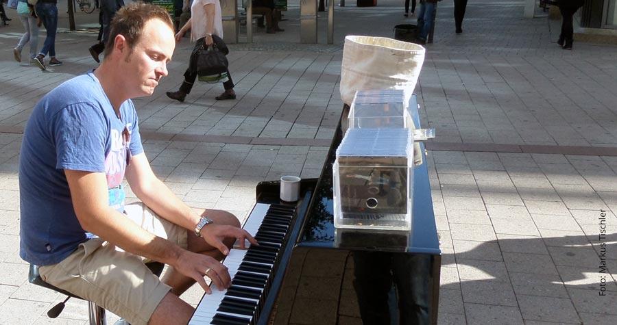 nackt klavier spielen