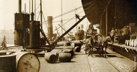 Fotokalender: Güterverladung im Schuppen am Sandtorkai