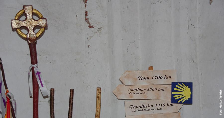 Pilgerstäbe und Wegweiser am Eingang zur Pilgerkammer in der St. Jacobi-Kirche in Hamburg.