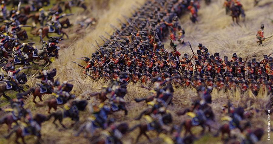 """Waterloo: Britische """"Minisoldaten"""" wehren einen Kavallerieangriff der Franzosen ab."""
