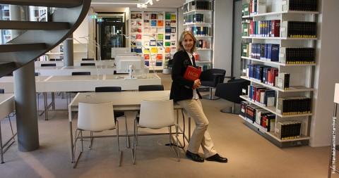 Commerzbibliothek: Den Lesern zur Seite stehen