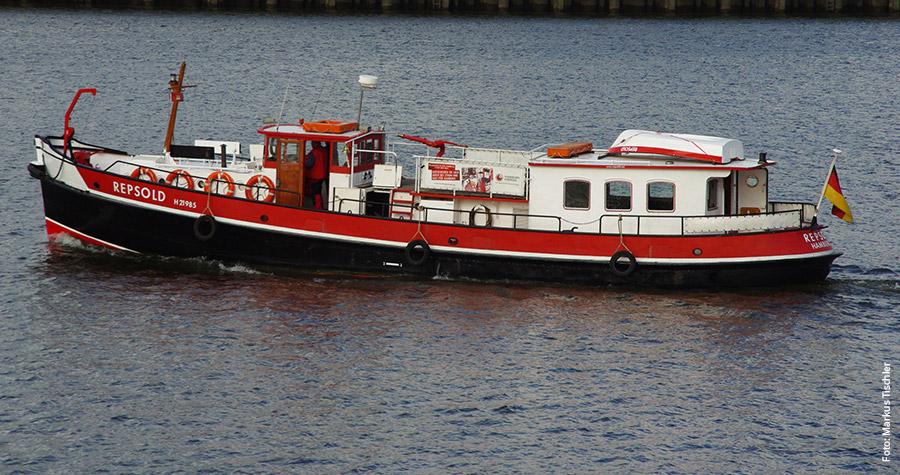 Auf Hafentour: Das Traditionsschiff Repsold war früher als Löschboot im Einsatz.