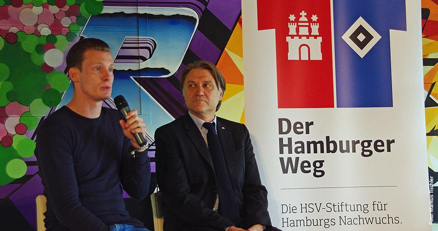 """Ex-Profi Marcell Jansen (l.) und Dietmar Beiersdorfer, Vorstandsvorsitzender der HSV Fußball AG, stellen die HSV-Stiftung """"Der Hamburger Weg"""" vor."""