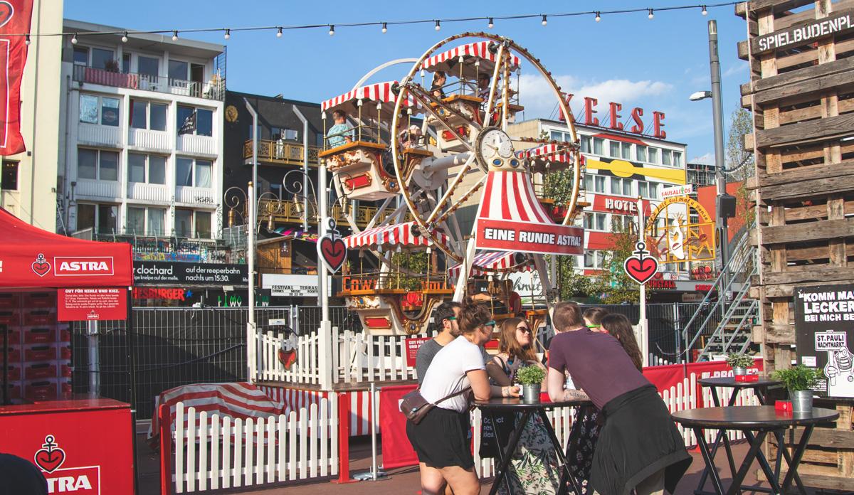Auf dem Spielbudenplatz gibt es auch dieses Jahr wieder reichlich Attraktionen, Fressbuden und Bühnen.